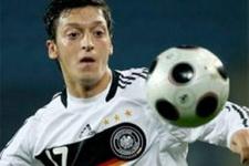 Mesut Özil'e milli marş tepkisi