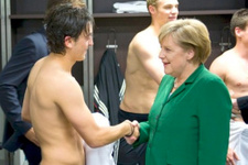 Angela Merkel Mesut Özil'e sahip çıktı