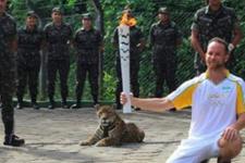 Olimpiyat meşalesini çalmaya çalıştı!