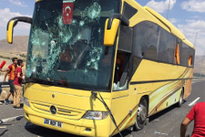 Galatasaray taraftarı Beşiktaş otobüsünü taşladı
