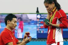 Madalya töreninde evlilik teklifi
