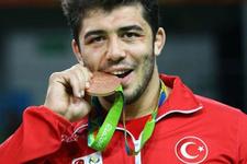 Sporcular madalyayı neden ısırıyor? Sır çözüldü