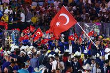 Türk bayrağını Rıza Kayaalp taşıdı