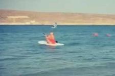 Saba Tümer sörf yapmaya kalkınca...