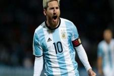 Messi Muslera'yı avladı