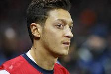 Mesut Özil üç yıllık imza atıyor
