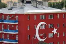 Emniyet amirliği binası Türk bayrağına boyandı