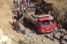 Hakkari'de kamyonet şarampole yuvarlandı: 66 yaralı