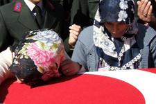 Şehit cenazesinde kız kardeşin feryadı yürek burktu!