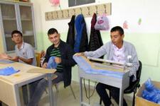 Zihinsel engelli öğrenciler galoş üretiyor