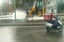 Kepçe su borusunu patlattı; cadde göle döndü