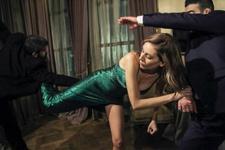 Sinem Kobal'dan Hollywood yıldızlarını aratmayan dövüş sahnesi!