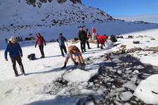 Önce buzu kestiler sonra dondurucu soğukta yüzdüler
