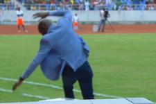 Teknik direktör üzerine gelen topu sektirmek istedi ama...