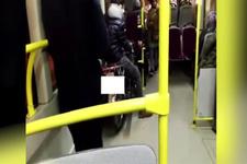 Belediye otobüsüne motosikleti ile bindi!