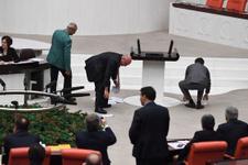Meclis'te tansiyon yükseldi! CHP'li vekil dağıttı, CHP'li vekiller topladı!