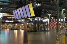 Havalimanında hareketli anlar: Polis saldırganı vurdu!