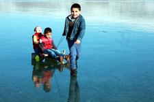 Çıldır Gölü üzerinde oyun oynadılar
