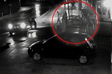 2 futbolcu camiye bira şişesi fırlatıp kaçtı!