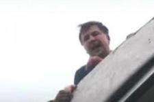 Eski Devlet Başkanı çatıya çıktı intihar girişimi!