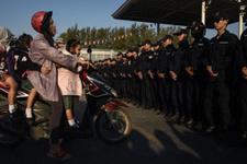 Polis budist rahibin tapınağını bastı