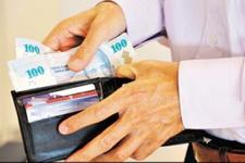 Para dolu cüzdanı yerde görünce