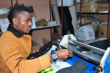 Nijeryalı futbolcu lisansı çıkmayınca ayakkabıcı oldu