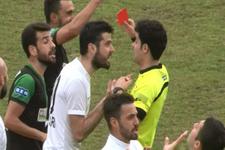 Penaltı verilmeyen hakeme krampon fırlattı