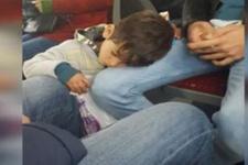 Metrobüste mendil satan çocuk yolcunun dizinde uyudu!