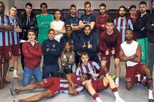 Trabzonsporlu futbolculardan zafer pozu
