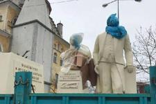 Atatürk heykelinin başını çöp poşetine sardılar