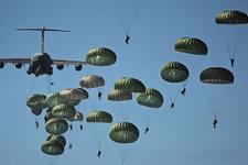ABD askerleri paraşütle indi Pentagon doğruladı