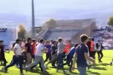 Taraftar saldırdı futbolcular zor kaçtı!