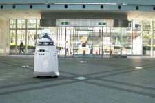Sarhoş adam devriye gezen robotu dövdü