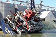 Bandırma'da kargo gemisi yan yattı! Yaralılar var...