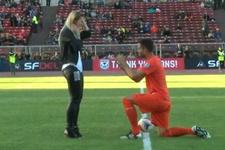 Stadın ortasında sevgilisine evlenme teklifi etti