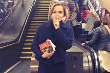 Emma Watson Paris Sokaklarına Kitap Bıraktı!