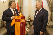 Binali Yıldırım'dan Macaristan Başbakanı'na forma sürprizi