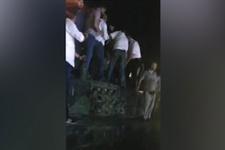 Vatandaşların tankı teslim alma anı (15 Temmuz videoları)