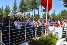 Türk bayrağını alan Ömer Halisdemir'i mezarı başında anmaya geldi