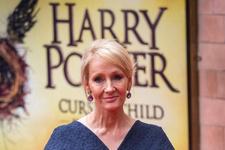 Harry Potter yazarı yeni kitabını elbisesine yazdı