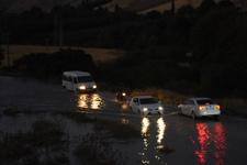 Nusaybin'de içme suyu şebekesi patladı, yollar su altında kaldı