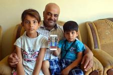 Suriyeli baba çocuklarının duymasını istiyor