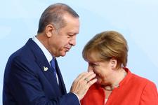 Merkel ile Erdoğan öyle bir tokalaştı ki