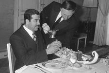 Bu fotoğraf kafa karıştırdı Saddam'a hizmet eden garson o isim şok