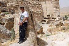 HDP'li vekil kendini kayalara zincirledi