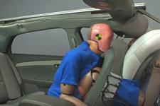 Arka koltukta emniyet kemeri hayat kurtarıyor