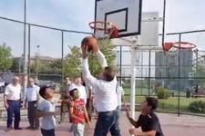 Spor Bakanı çocuklarla basketbol oynadı