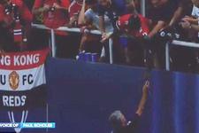 Mourinho madalyasını tribündeki çocuğa verdi