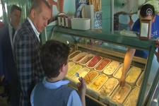 Cumhurbaşkanı Erdoğan torunu Ahmet Akif Albayrak ile birlikte dondurma alışverişi yaptı